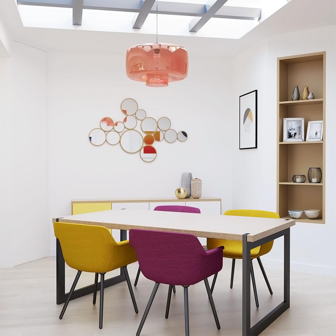Salle à manger colorée avec une lampe suspendue en verre rouge et une verrièr en bois - Maison & Vous